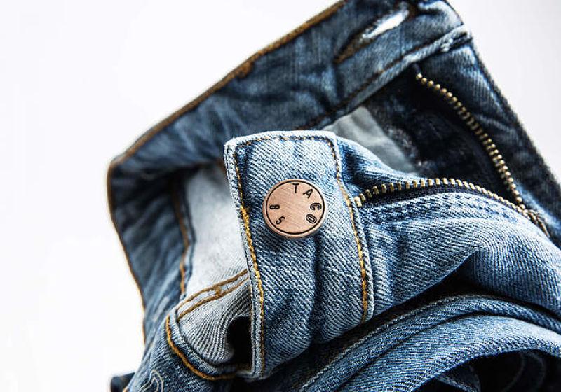 calça jeans com detalhe no botão