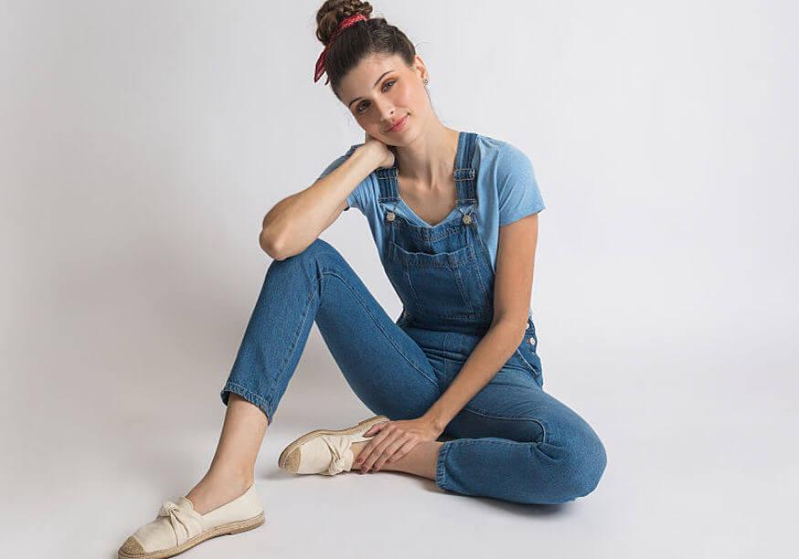modelo com jardineira comprida com t-shirt
