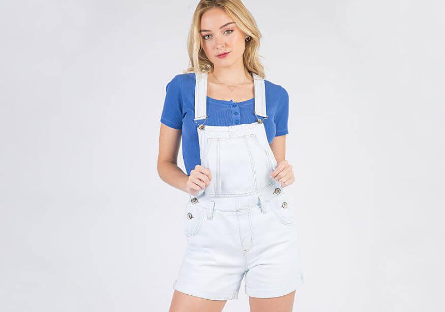 modelo com jardineira curta branca com t-shirt colorida