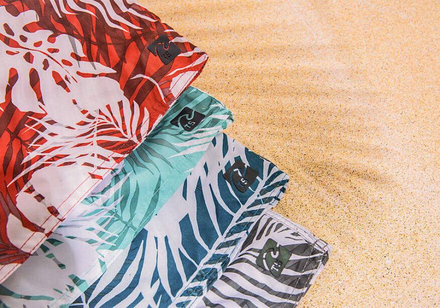 shorts microfibra estampados com fundo de areia da praia