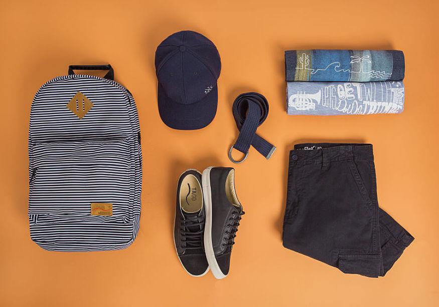 mochila listrada boné azul marinho t-shirt estampadas tênis de couro preto e bermuda cargo
