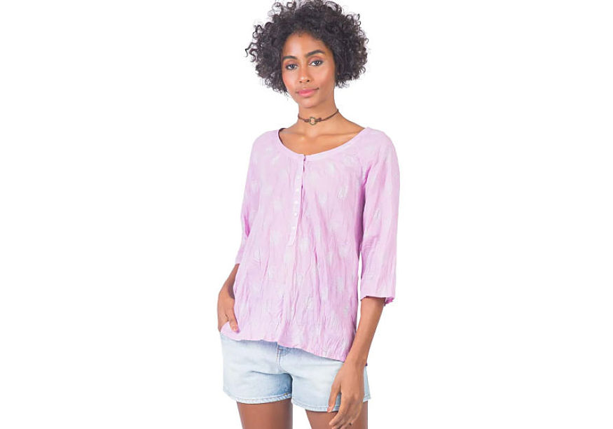 modelo veste bata rosa feminina short jeans feminino lavagem clara