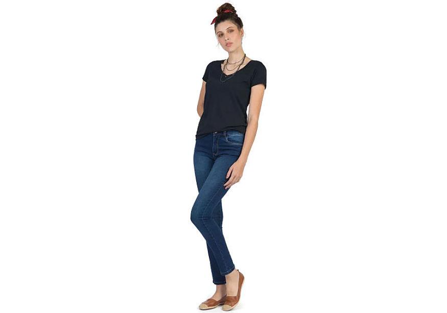modelo veste blusa básica preta feminina calça jeans lavagem escura