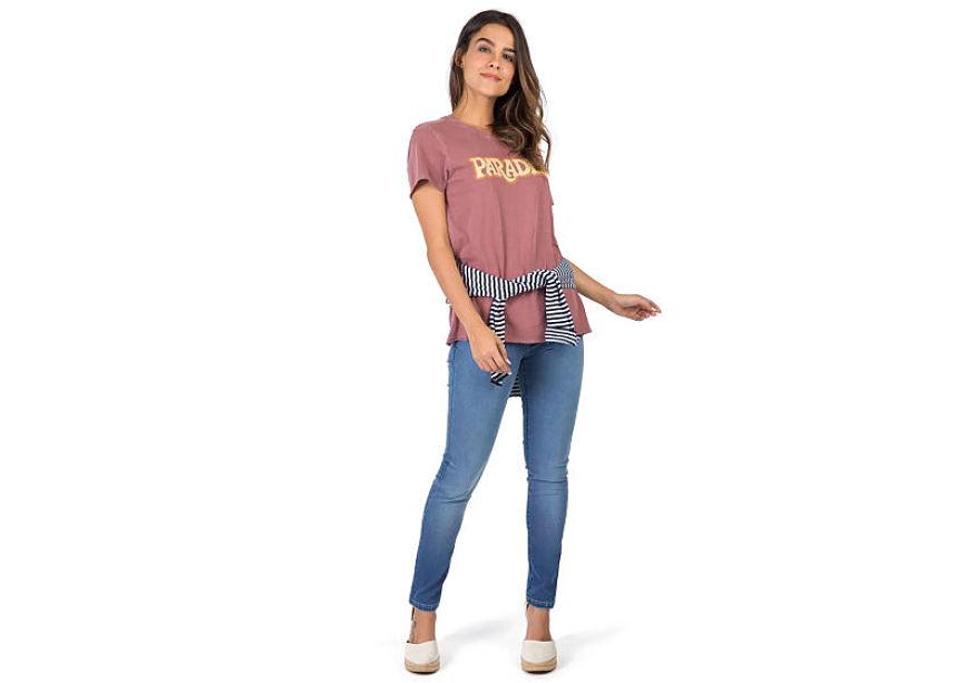modelo veste blusa estampada feminina calça jeans com casaco amarrado na cintura