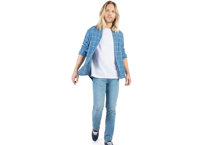 modelo veste camisa xadrez azul branca t-shirt branca calça jeans lavagem clara