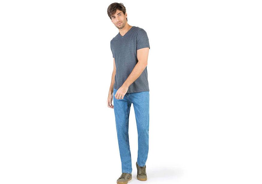 modelo veste t-shirt básica cinza masculina calça jeans lavagem clara tênis