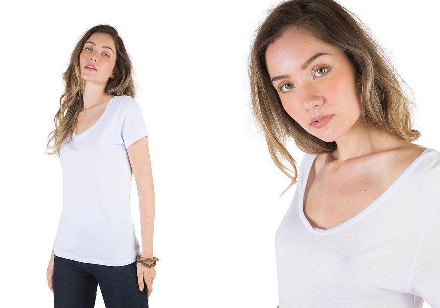 modelo veste calça azul camiseta branca