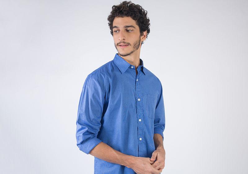 modelo veste camisa social de tecido azul