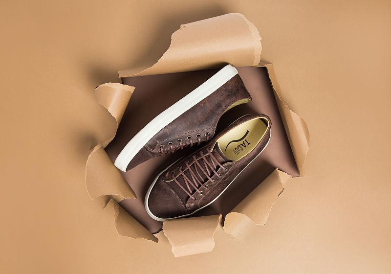 tênis de couro marrom com cardaço no fundo estourado