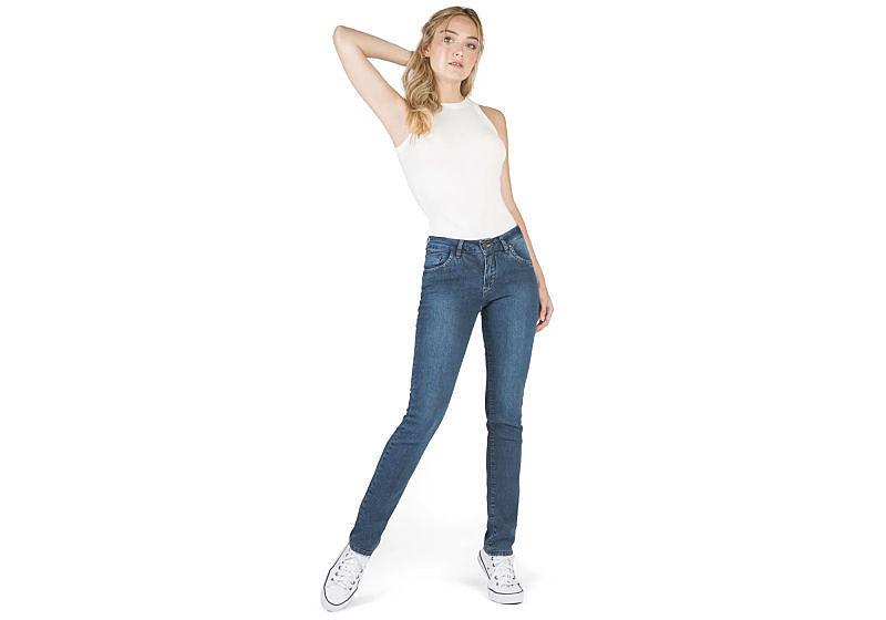 modelo veste calça jeans regata branca e tênis
