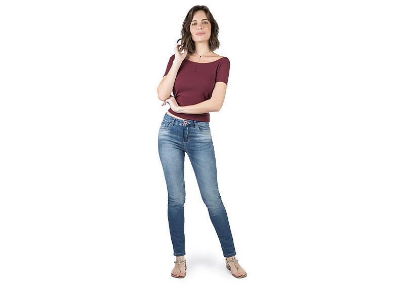 modelo veste calça jeans skinny blusa básica vinho com rasteirinha