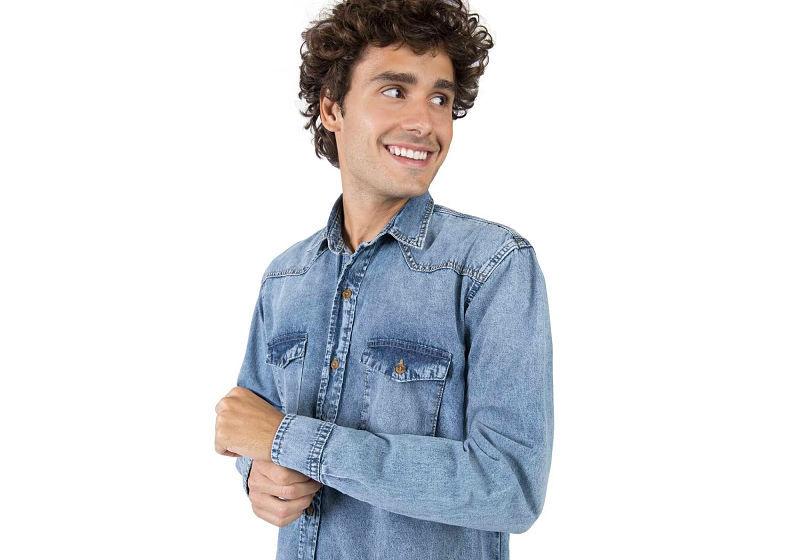 modelo com camisa jeans claro