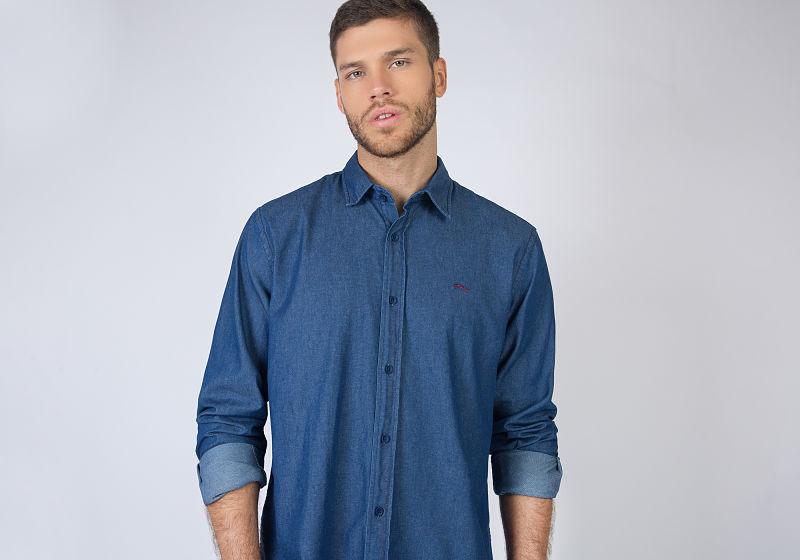 modelo com camisa jeans escuro