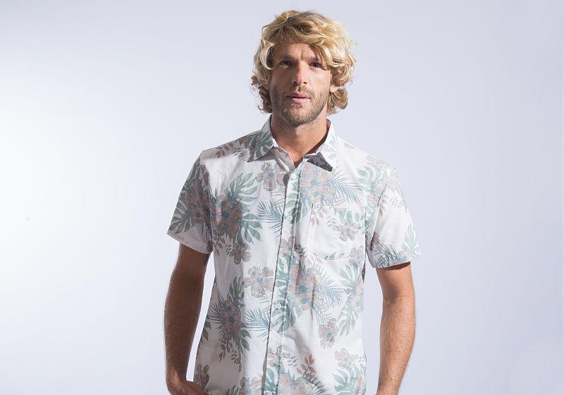 modelo com camisa manga curta estampada
