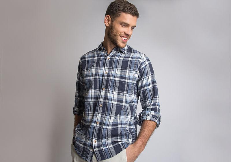 modelo vestindo camisa xadrez azul com branco