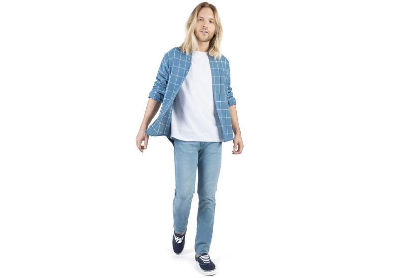 modelo vestindo camisa xadrez com t-shirt branca com calça jeans destroyed