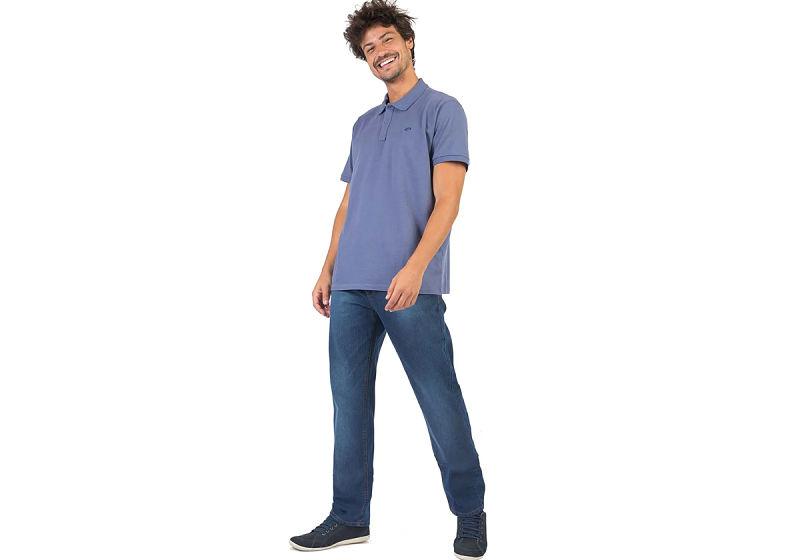 modelo veste polo básica azul e calça jeans