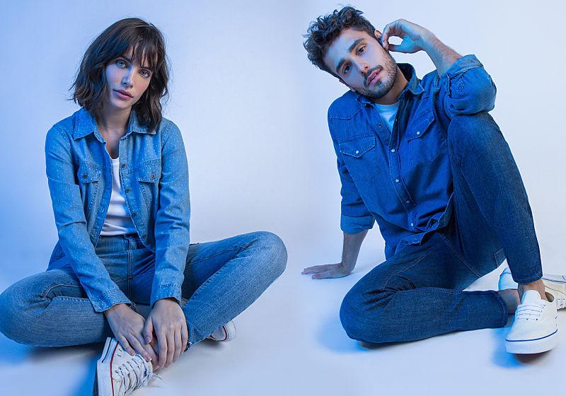 homem e mulher sentados look all jeans
