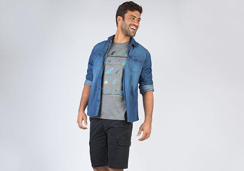 modelo com tshirt e camisa jeans aberta
