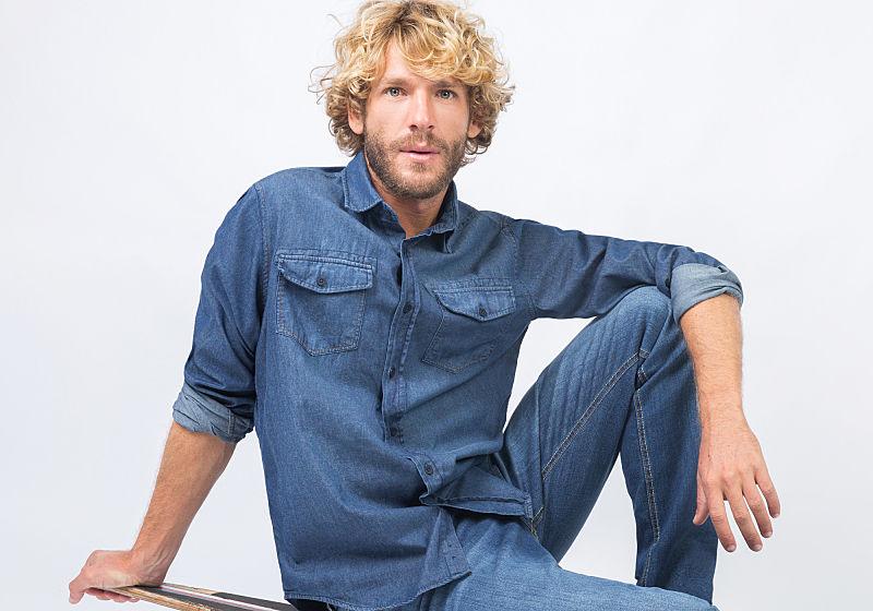 modelo sentada com look todo jeans