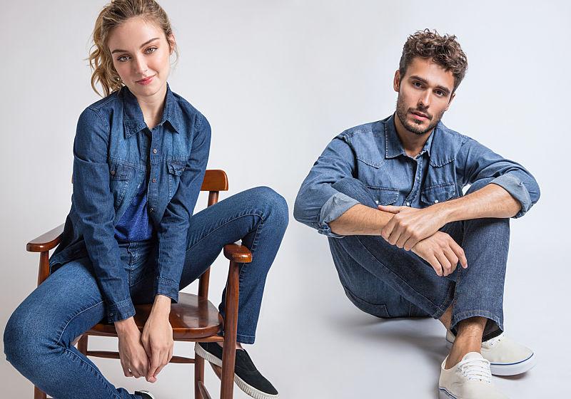 modelos sentados na cadeira com look all jeans