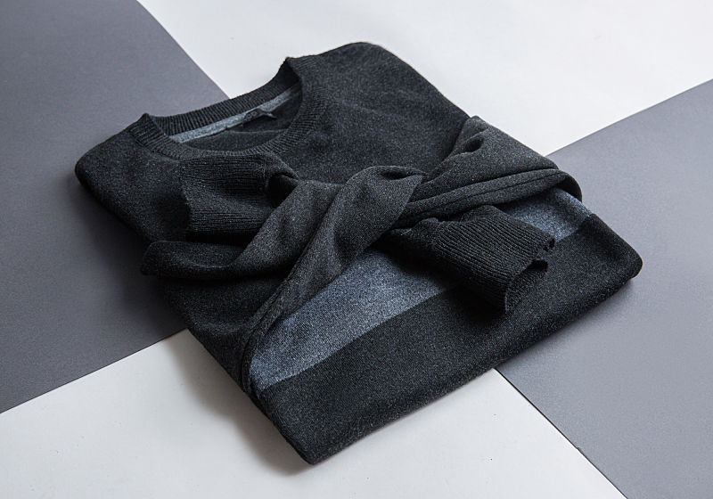 suéter preto com listra cinza amarrado