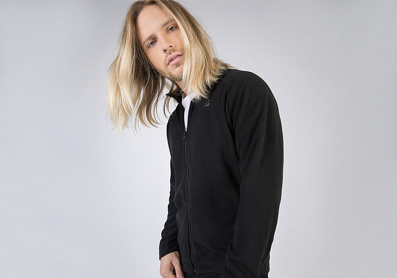 suéter preto com visual esportivo