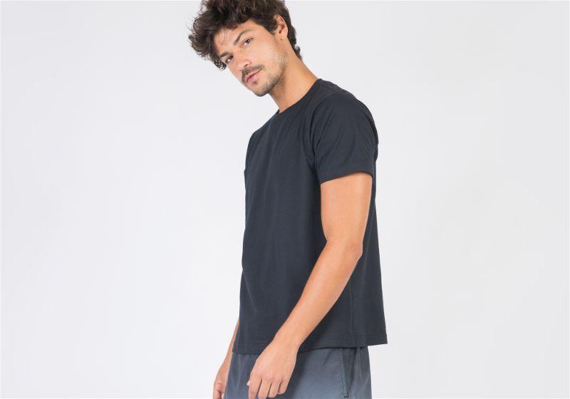 modelo de camiseta preta