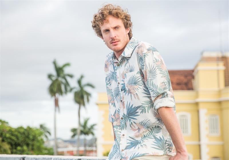 modelo masculino com camisa de estampa floral