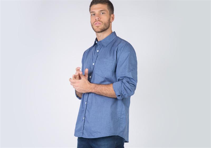 Homem utilizando camisa social azul