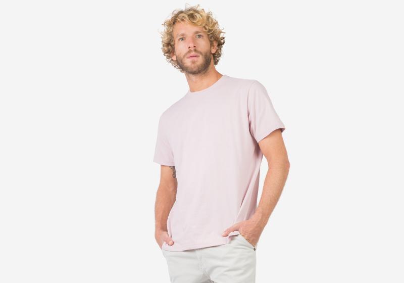 Homem utilizando roupa clara