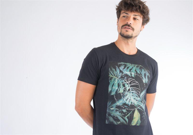 Homem de camiseta preta fazendo pose com os braços para trás