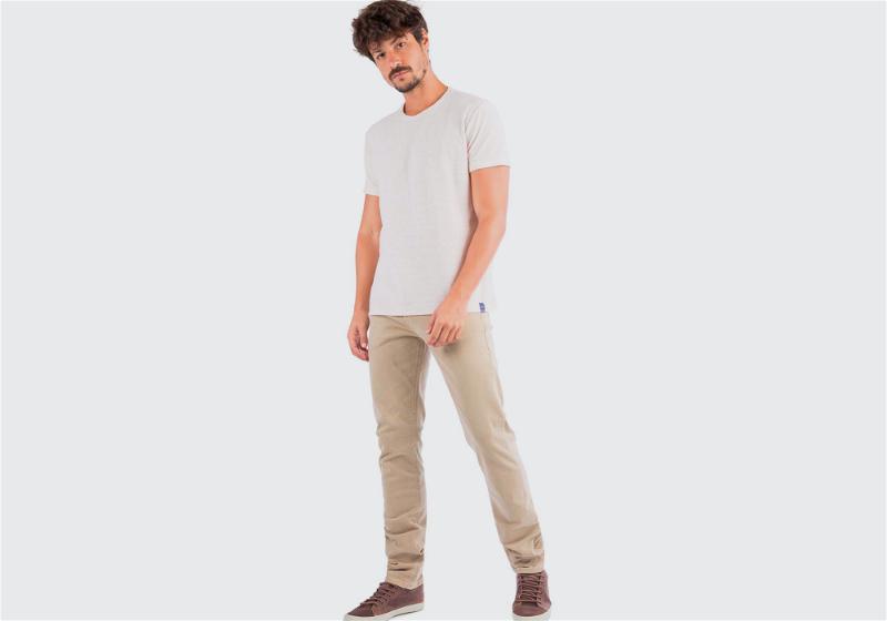 modelo com camiseta branca
