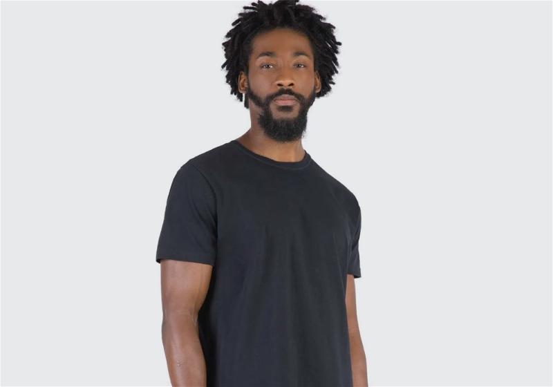 modelo com camiseta preta