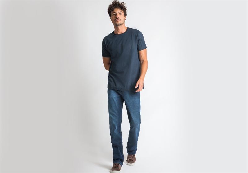 modelo com camiseta azul escuro