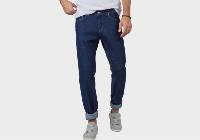 Calça jeans com a barra dobrada e tênis